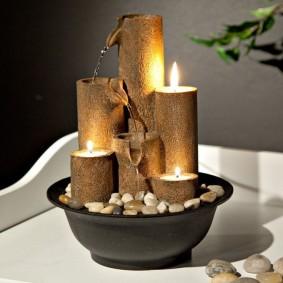 Горящие свечи в настольном фонтане