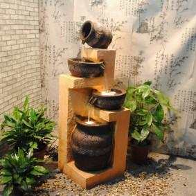 Напольный фонтан в интерьере зала городской квартиры