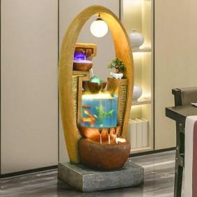Напольный фонтан с рыбками в аквариуме