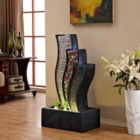 Живые цветы в напольной вазе
