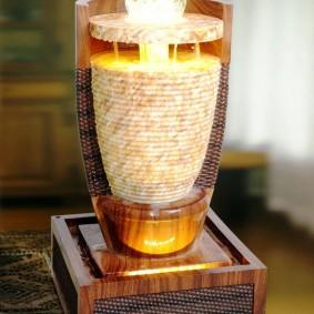 настольная модель декоративного фонтана на деревянном основании