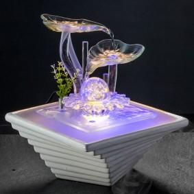 Стеклянные элементы в декоративном фонтане