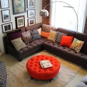 Красный пуф перед диваном в гостиной