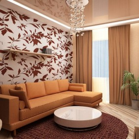 Коричневые шторы в комнате с натяжным потолком