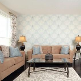 Два дивана в гостиной квадратной формы