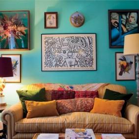 Бирюзовая стена в уютной гостиной