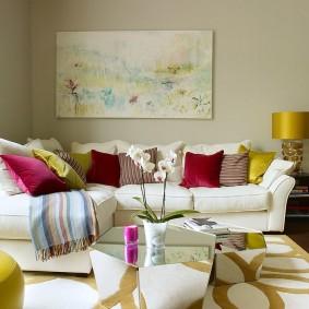 Разноцветные подушки на белом диване