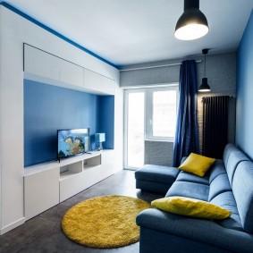 Узкая гостиная с диваном раскладного типа