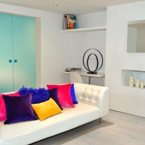 Яркие подушки на белоснежном диване