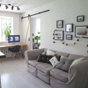 Прямой диван в проходной гостиной