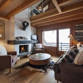 Меблировка дачной гостиной с камином в интерьере