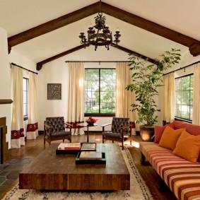 Деревянные балки на светлом потолке