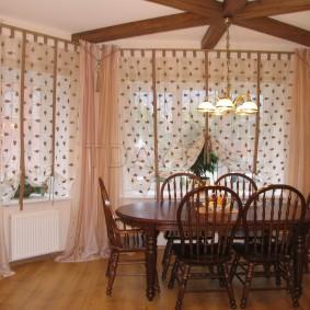 Простые занавеси на окнах гостиной