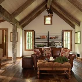 Кожаный диван в уютном дачном домике