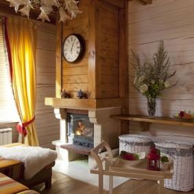 Деревянная облицовка камина в гостиной