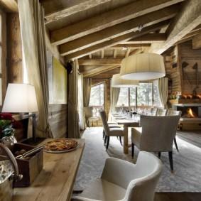Альпийский интерьер в гостиной комнате