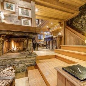 Внутридомовая лестница из деревянных досок