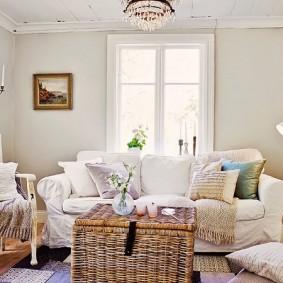 Светлый зал с белой мебелью