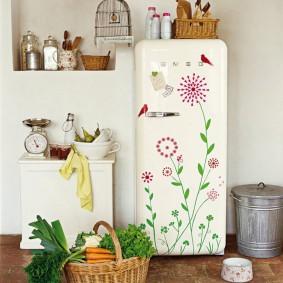 Плетенная корзина с зеленью перед холодильником