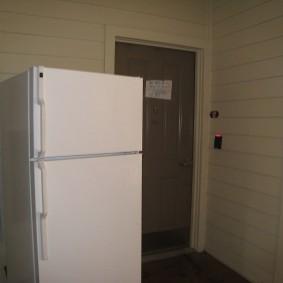 Белый холодильник с морозильной камерой небольшого размера