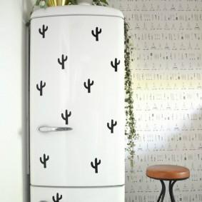Табуретка на металлическом каркасе около холодильника