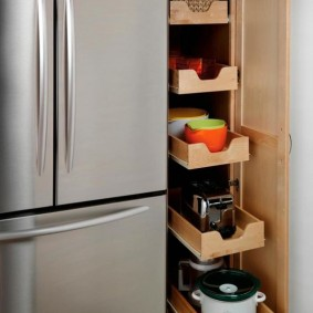 Выдвижные ящики в коридоре с холодильником