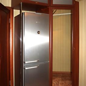 Большой холодильник с дверцами из нержавейки