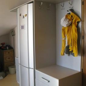 Желтая куртка на открытой вешалке