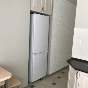 Ниша в стене коридора для бытового холодильника