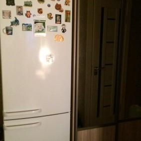 Сувенирные магнитики на дверце холодильника