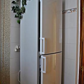 Угол прихожей с высоким холодильником