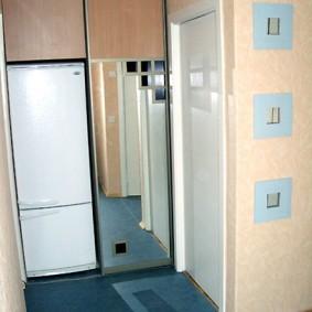 Синий ковролин на полу в коридоре