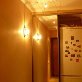 Настенный светильник в коридоре без обоев