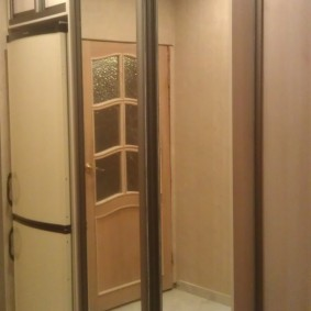 Шкаф-купе с зеркалами на створках