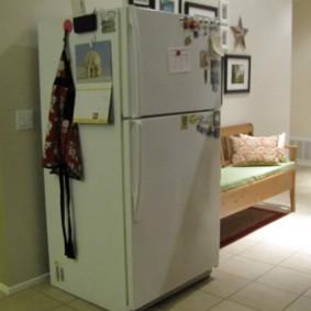 Низкий холодильник в жилой комнате