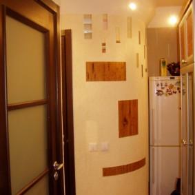 Дугообразная стена в коридоре квартиры