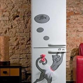 Белый холодильник на фоне кирпичной стены