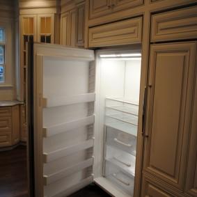 Яркое освещение в пустом холодильнике
