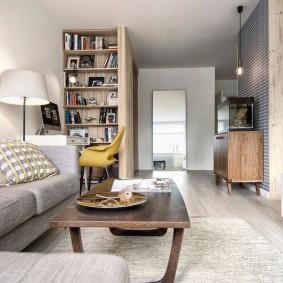 Длинная гостиная с мягким диваном