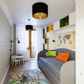 Прямой диван в небольшой гостиной