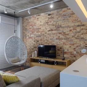 Кирпичная стена в интерьере зала