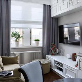Серые занавески на окне комнаты