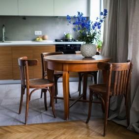 Обеденный стол из натурального дерева
