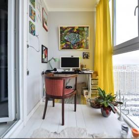Желтая штора в интерьере балкона