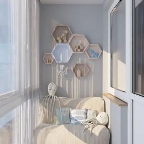 Полочки для декораций на стене балкона