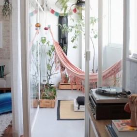 Подвесной гамак на просторном балконе