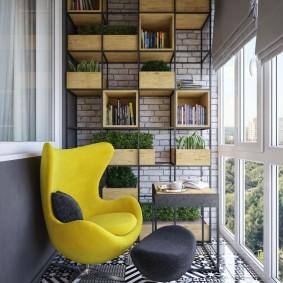 Металлический стеллаж на утепленном балконе