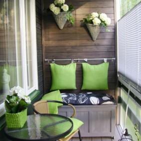 Кашпо с цветами на деревянной стене балкона