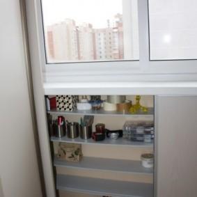 Полочки для мелочевки под окном балкона