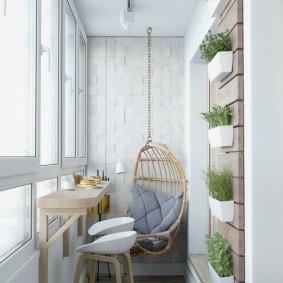 Подвесное кресло на балконе небольшого размера
